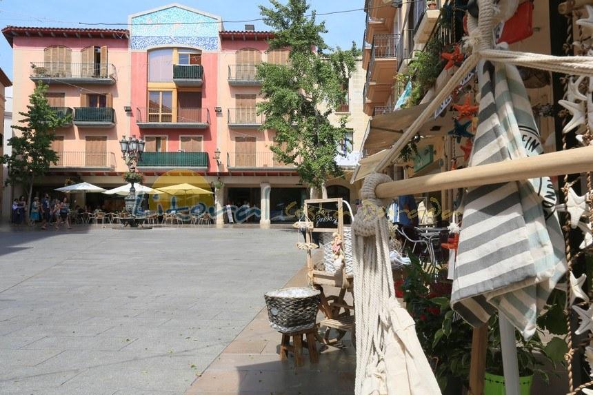 plaza de españa en el casco viejo de cambrils