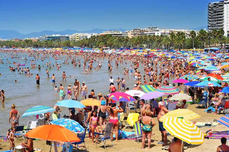 playa de Levante en salou llena de bañistas en verano