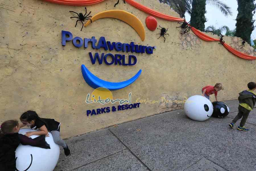 Entrada al parque Port Aventura durante Halloween
