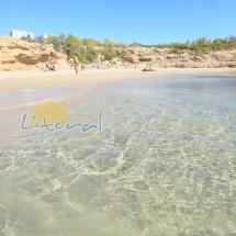 Arena blanca y aguas cristalinas en la playa Cala Vidre de l'Ametlla de Mar