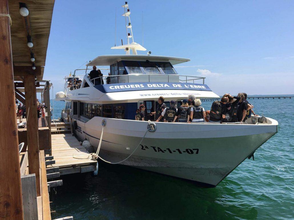 barco en la bahia dels Alfacs en el Delta del Ebro, musclarium