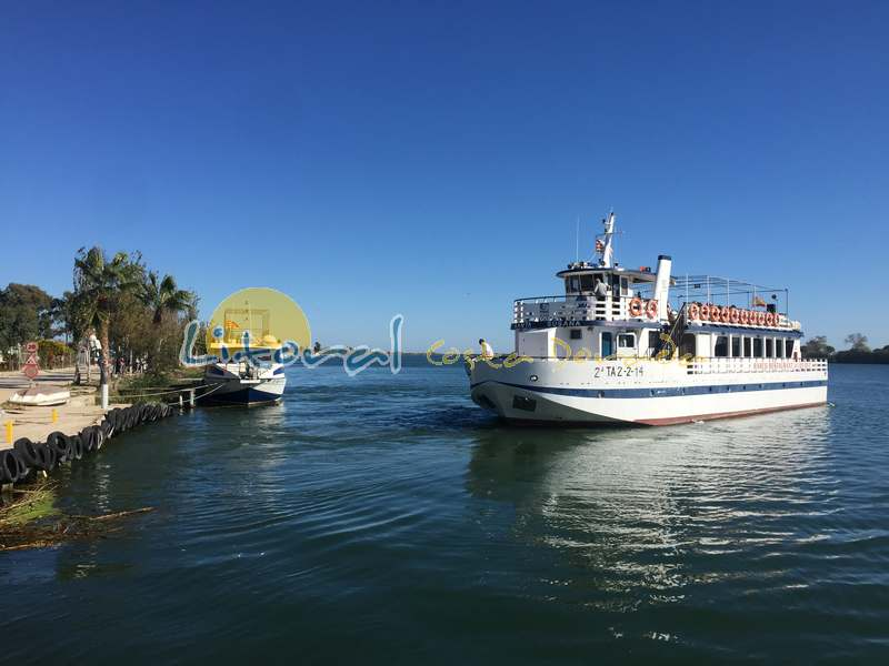 Desembocadura del Delta del Ebro y barcos turisticos