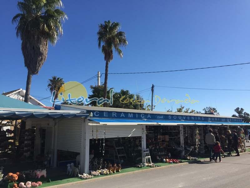 tiendas de souvenirs en la desembocadura del Rio Ebro