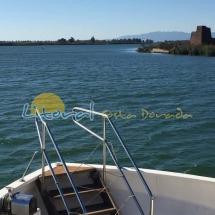 Barco turistico en la desembocadura del rio ebro