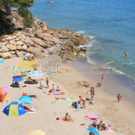 Bañistas en la playa dels Vienesos en Miami Platja