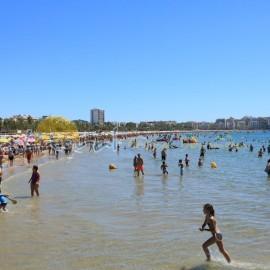 Bañistas de vacaciones en la playa de Levante
