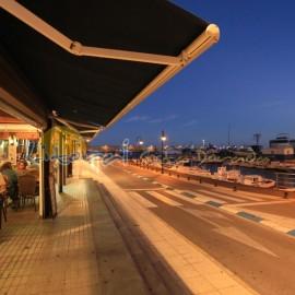 Bares y restaurantes del puerto de l'Ametlla de Mar al anochecer